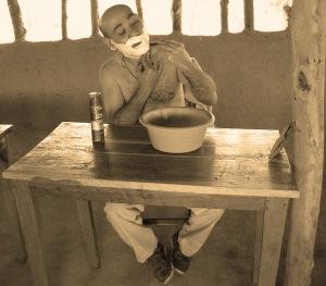 Intrepido misionero acicalandose (Maravia, 1925)