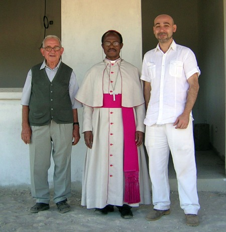 De izquierda a derecha: Pe Alberto Fons, Dom Inácio Saure (obispo de Tete) y este menda...